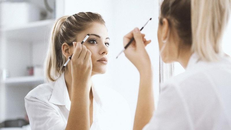https: img-z.okeinfo.net content 2019 10 09 611 2114821 4-kesalahan-penggunaan-makeup-yang-bikin-wajah-tampak-tua-o6ReRVUzrv.jpg