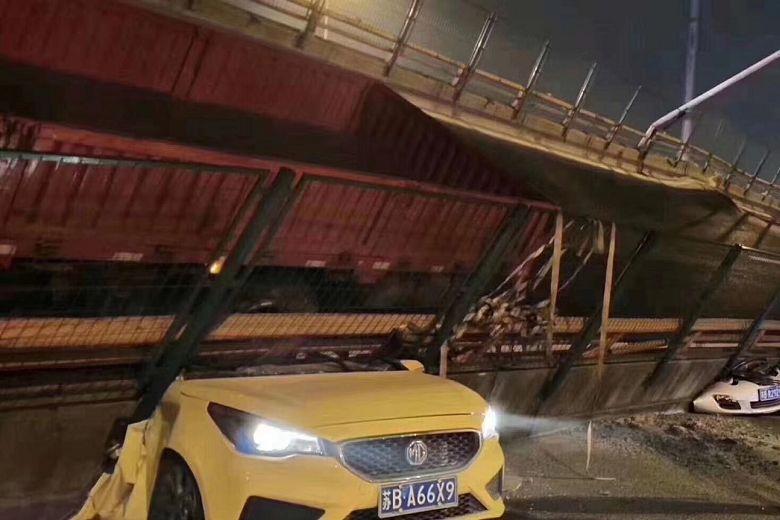 https: img-z.okeinfo.net content 2019 10 11 18 2115616 jembatan-jalan-di-china-ambruk-tewaskan-sedikitnya-dua-orang-UqPyQaXsLg.jpg