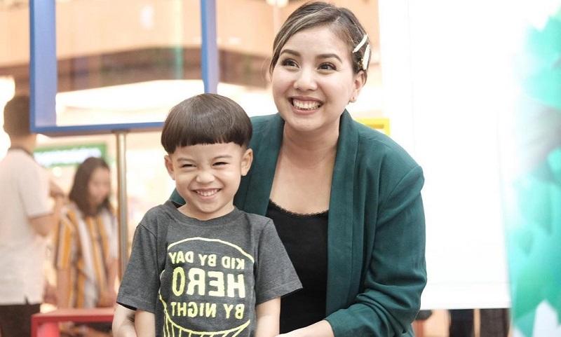 https: img-z.okeinfo.net content 2019 10 11 481 2115788 lengkapi-nutrisi-anak-tya-ariestya-sering-bekal-pure-buah-untuk-mpasi-2pKGPWocWr.jpg
