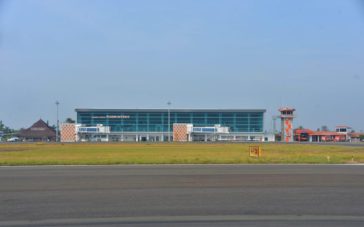 https: img-z.okeinfo.net content 2019 10 12 320 2116104 bandara-radin-inten-ii-bakal-dikembangkan-untuk-penerbangan-haji-dan-umroh-wriAevXzTN.jpeg
