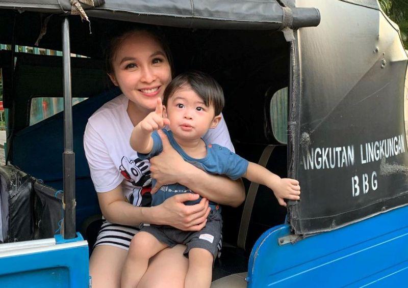 https: img-z.okeinfo.net content 2019 10 13 33 2116274 sandra-dewi-ajak-anak-naik-bajaj-netizen-orang-kaya-paling-top-wkvLzXpWjf.jpg