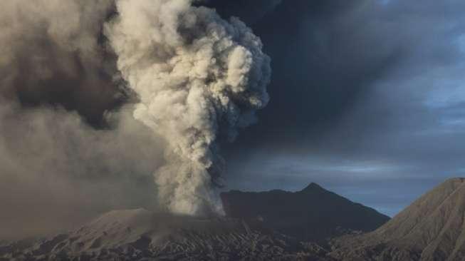 https: img-z.okeinfo.net content 2019 10 14 512 2116778 merapi-hembuskan-awan-panas-setinggi-3-000-meter-ke-arah-magelang-RaOda7HcFI.jpg