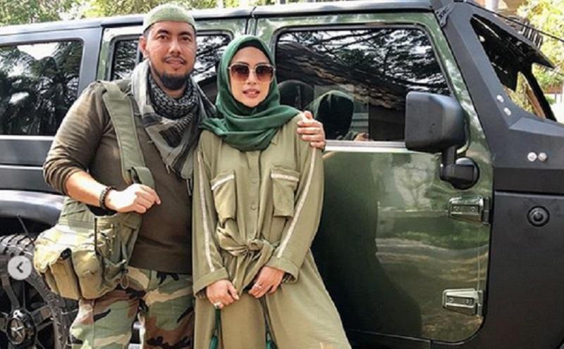 https: img-z.okeinfo.net content 2019 10 14 617 2116659 pose-romantis-pasangan-halal-ala-army-style-heidy-dan-sunan-lihat-yuk-ZjOY2hv8Jn.jpg