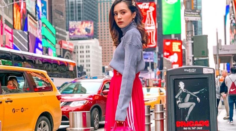 https: img-z.okeinfo.net content 2019 10 16 194 2117731 mengulik-harga-outfit-balenciaga-beby-tsabina-saat-liburan-di-new-york-IhcBIQECCx.jpg