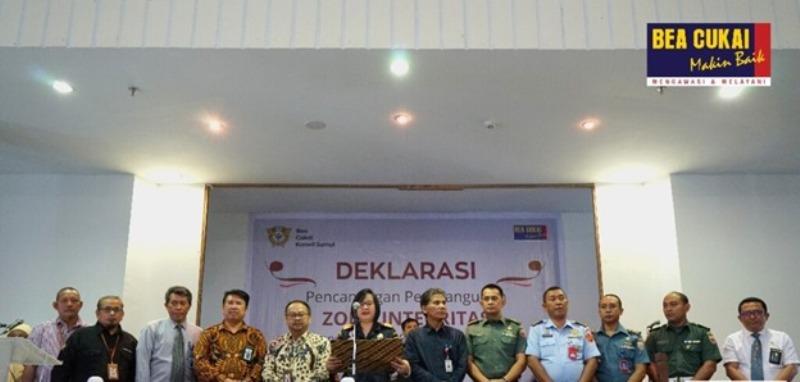 https: img-z.okeinfo.net content 2019 10 18 1 2118726 wujudkan-birokrasi-bebas-korupsi-bea-cukai-sumatera-utara-canangkan-zona-integritas-fL4o9mb66P.jpg