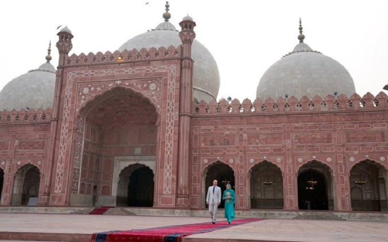 https: img-z.okeinfo.net content 2019 10 18 615 2118662 megahnya-badshahi-masjid-yang-dikunjungi-pangeran-william-dan-kate-middleton-IxQZqdkQBa.jpg