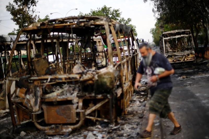 https: img-z.okeinfo.net content 2019 10 20 18 2119290 kerusuhan-besar-guncang-ibu-kota-chile-umumkan-keadaan-darurat-IrnLErYkFk.jpg