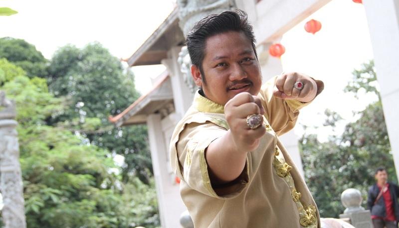 https: img-z.okeinfo.net content 2019 10 21 206 2119926 ki-kusumo-gabungkan-aktor-indonesia-dan-mandarin-di-film-lo-ban-teng-0GV0z9I8GI.jpeg