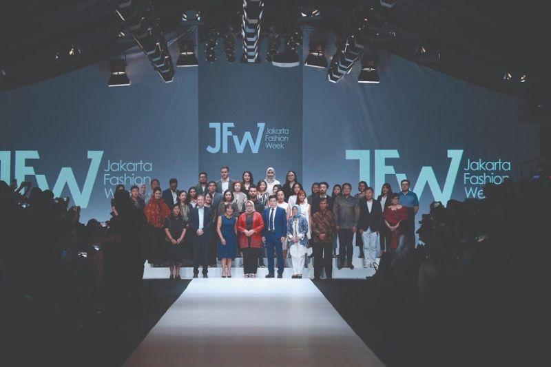 https: img-z.okeinfo.net content 2019 10 22 194 2120437 jfw-2020-desainer-muda-korea-selatan-tampilkan-modern-art-x-street-fashion-i1l5CNj2hd.jpg