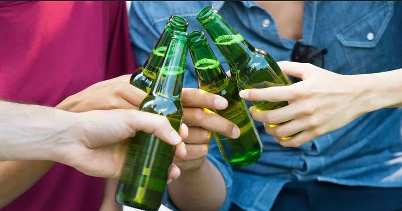 https: img-z.okeinfo.net content 2019 10 22 298 2120381 bukan-tanpa-sebab-ini-alasan-botol-minuman-bir-selalu-berwarna-hijau-0NOkiq38cK.jpg