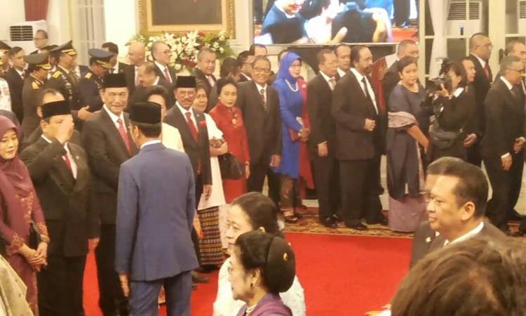 https: img-z.okeinfo.net content 2019 10 23 337 2120628 prabowo-beri-hormat-dan-anaknya-cium-tangan-jokowi-usai-pelantikan-kabinet-indonesia-maju-VNXVNnewwq.jpg