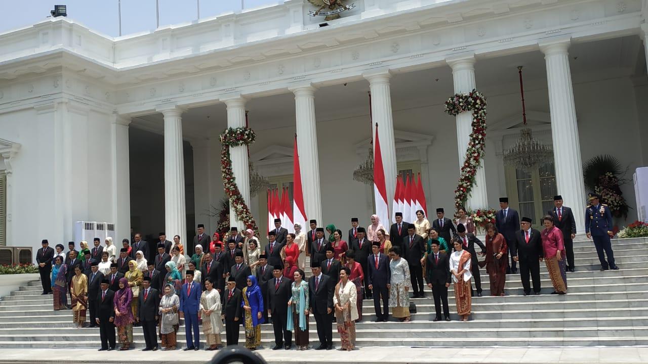 https: img-z.okeinfo.net content 2019 10 23 337 2120635 ketika-prabowo-tanpa-pendamping-saat-foto-bersama-kabinet-indonesia-maju-gGxUe83sSs.jpg