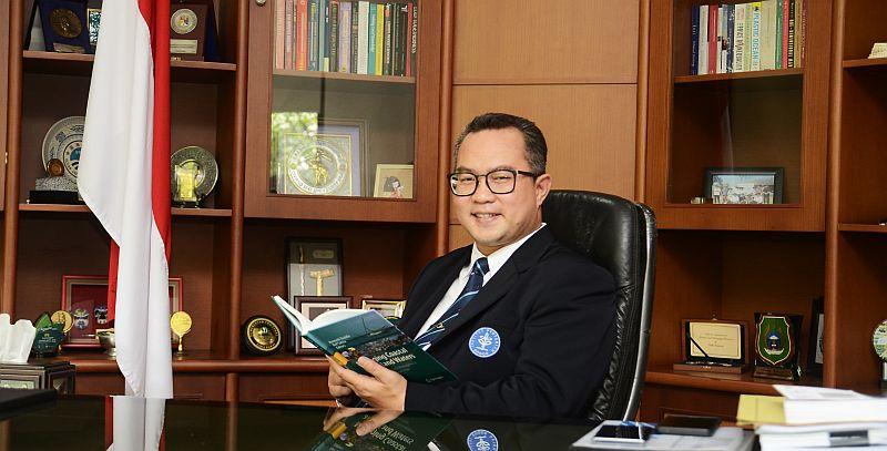 https: img-z.okeinfo.net content 2019 10 24 65 2121072 menjadi-guru-besar-akhirnya-rektor-ipb-tunaikan-janji-ke-orangtua-VsBRqXtIzT.jpg
