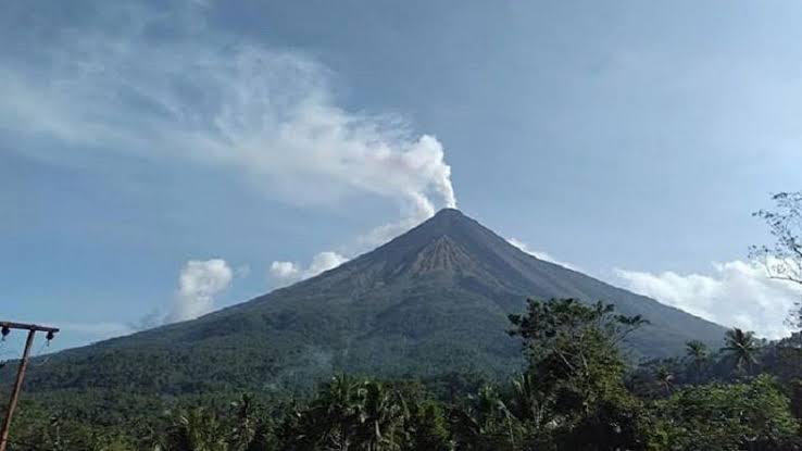 https: img-z.okeinfo.net content 2019 10 25 340 2121889 aktivitas-guguran-lava-gunung-karangetang-masih-tinggi-08QhdVHc5F.jpeg