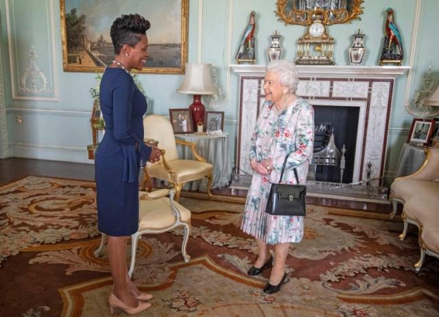 https: img-z.okeinfo.net content 2019 10 26 18 2122164 ratu-elizabeth-sudah-tak-pasang-foto-pangeran-harry-dan-meghan-markle-di-ruang-kerja-ioiyFP7PtY.jpg