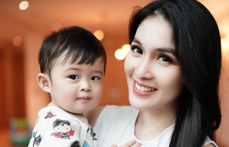 https: img-z.okeinfo.net content 2019 10 31 33 2124087 anak-disebut-kurang-kasih-sayang-sandra-dewi-sentil-balik-netizen-bt3nYeTDN0.jpg