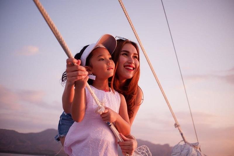 https: img-z.okeinfo.net content 2019 10 31 33 2124181 tanpa-suami-ayu-ting-ting-buktikan-mampu-jadi-single-parent-chBEbSWhOW.jpg