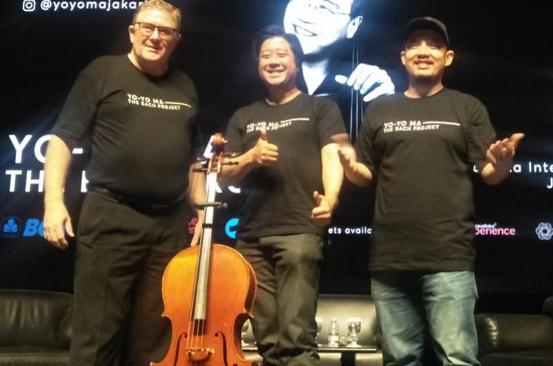 https: img-z.okeinfo.net content 2019 11 01 205 2124442 pemain-cello-dunia-yo-yo-ma-siap-gelar-konser-klasik-perdana-di-indonesia-RUh1cx8RLq.jpg