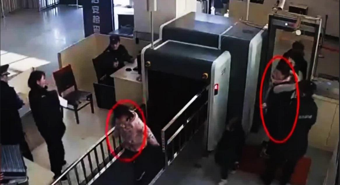 https: img-z.okeinfo.net content 2019 11 02 406 2124987 bocah-ini-masuk-mesin-x-ray-di-bandara-aksinya-bikin-penumpang-panik-1pVxRXT0Pv.jpg