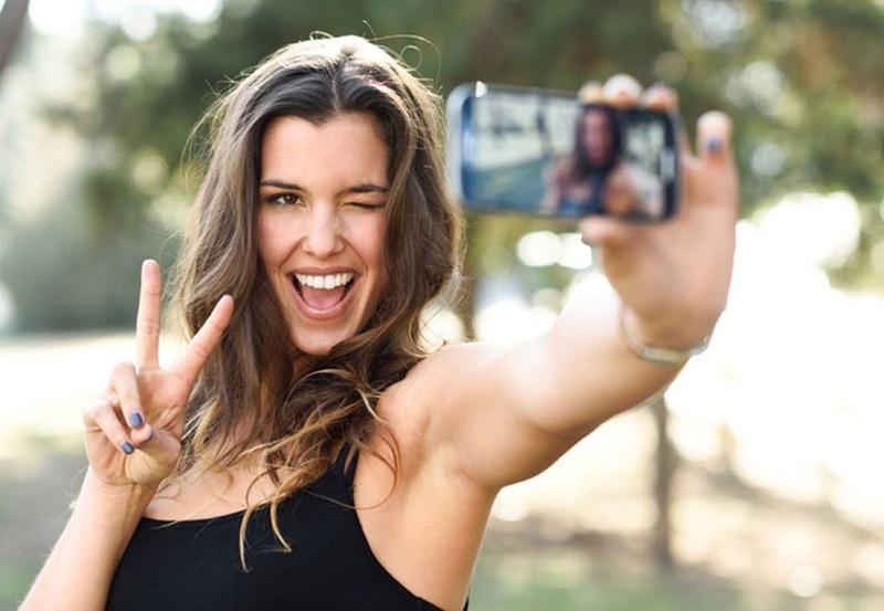 https: img-z.okeinfo.net content 2019 11 02 612 2124849 biar-enggak-malu-maluin-ini-5-tips-foto-selfie-agar-hasil-kece-maksimal-L0OAr3zbkm.jpg