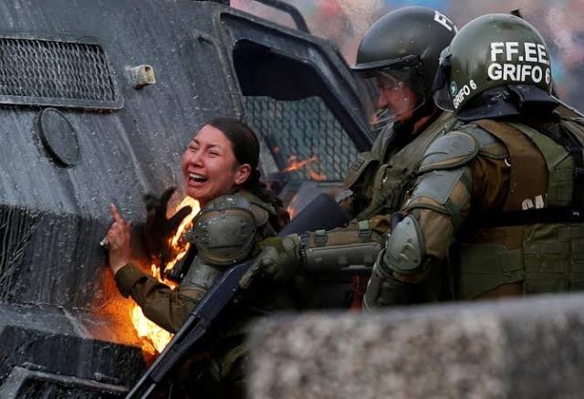 https: img-z.okeinfo.net content 2019 11 06 18 2126623 dua-polisi-wanita-chile-terbakar-terkena-bom-molotov-demonstran-Rl8agtepU0.jpg