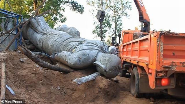 https: img-z.okeinfo.net content 2019 11 06 18 2126660 patung-keberuntungan-jatuh-kepala-desa-tewas-terjepit-di-thailand-ISN9aNX40I.jpg