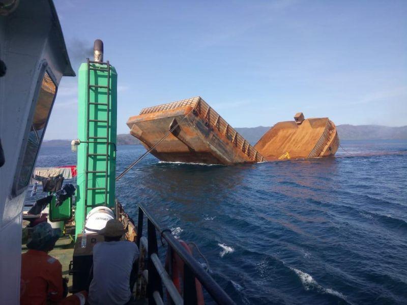 https: img-z.okeinfo.net content 2019 11 07 340 2126942 kapal-tongkang-pengangkut-nikel-patah-lalu-tenggelam-di-sultra-W6noRncuo5.jpg