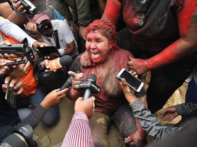 https: img-z.okeinfo.net content 2019 11 08 18 2127278 seorang-wali-kota-perempuan-rambutnya-dicukur-paksa-demonstran-7F0AeuKNU2.jpg