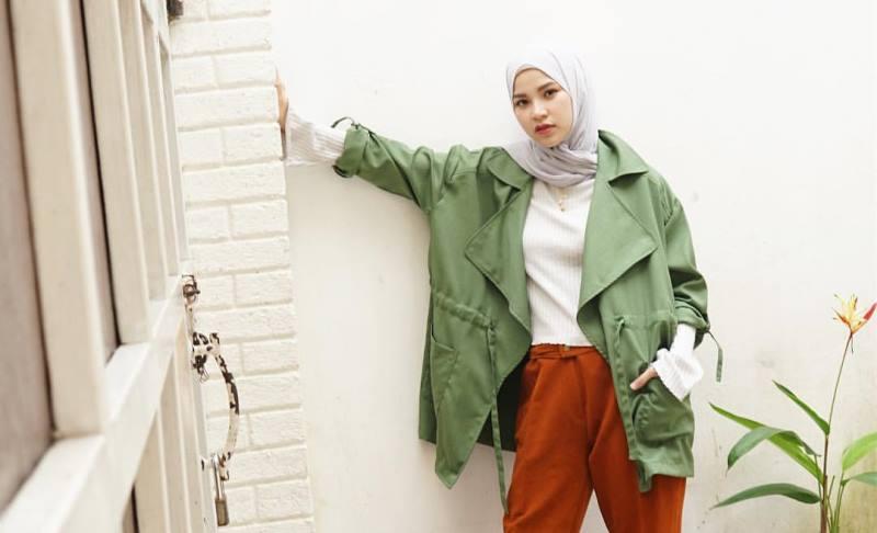 https: img-z.okeinfo.net content 2019 11 08 617 2127252 4-outfit-hijab-jaket-parka-cocok-untuk-musim-hujan-RR87fhY96U.jpg
