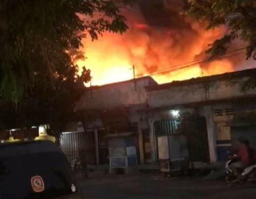https: img-z.okeinfo.net content 2019 11 09 519 2127698 800-kios-di-pasar-tulungagung-ludes-terbakar-xMXJxnEZ6O.JPG