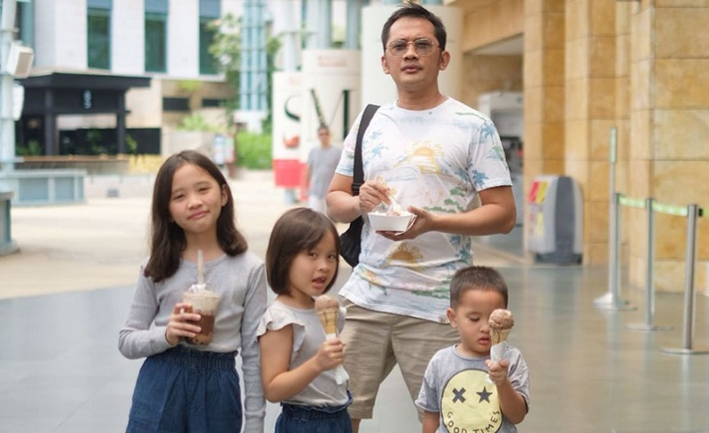 https: img-z.okeinfo.net content 2019 11 10 196 2127972 5-gaya-hanung-bramantyo-urus-anak-tetap-kece-bak-ayah-muda-9Lk4prODuJ.jpg
