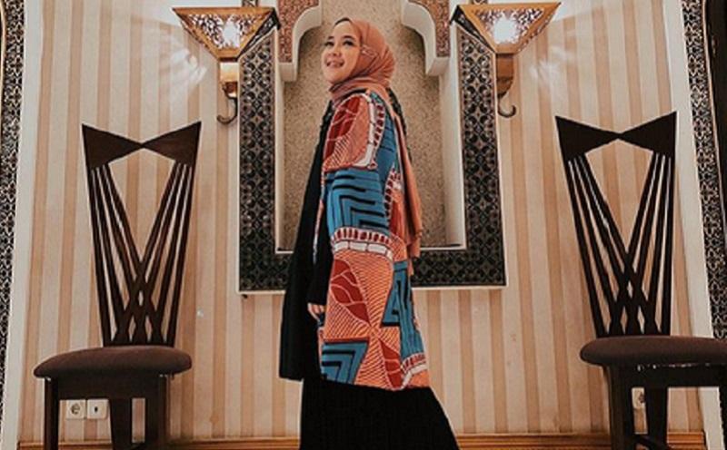 https: img-z.okeinfo.net content 2019 11 12 617 2128858 padu-padan-outer-dengan-hijab-ala-nissa-sabyan-yang-bisa-kamu-coba-UJ6svM0gqf.jpg