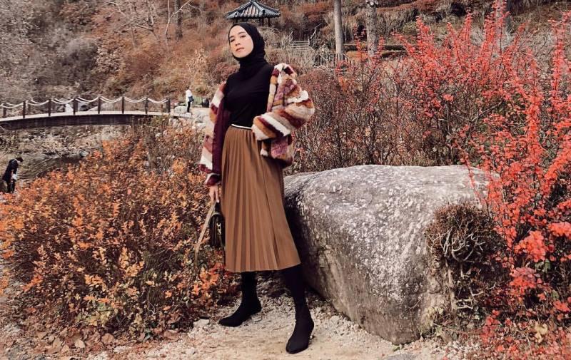 https: img-z.okeinfo.net content 2019 11 13 617 2129158 inspirasi-outfit-midi-skirt-untuk-hijabers-nomor-4-gaya-sporty-WgvTxX3rLi.jpg