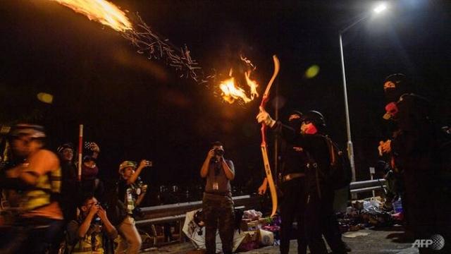 https: img-z.okeinfo.net content 2019 11 14 18 2129870 mahasiswa-tembakkan-panah-ke-polisi-hong-kong-Fts7CurdUT.jpg