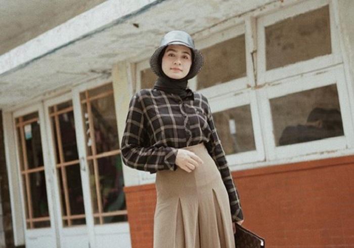 https: img-z.okeinfo.net content 2019 11 17 617 2131051 4-inspirasi-outfit-motif-kotak-kotak-untuk-hijabers-bikin-gaya-makin-beda-Ksw2CsjpEg.jpg