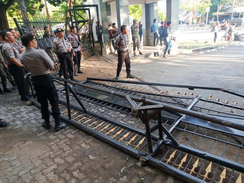 https: img-z.okeinfo.net content 2019 11 18 609 2131222 demonstran-perusak-pagar-kantor-gubernur-sulsel-dan-ngaku-tak-takut-tuhan-ditangkap-4MzSyGo2PN.jpg