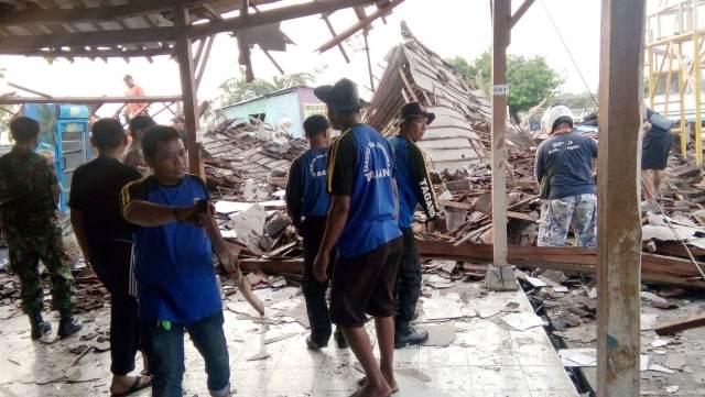 https: img-z.okeinfo.net content 2019 11 20 512 2132377 gedung-aula-sekolah-ambruk-diterjang-hujan-badai-sejumlah-siswa-patah-tulang-8kduNoAkPy.jpg