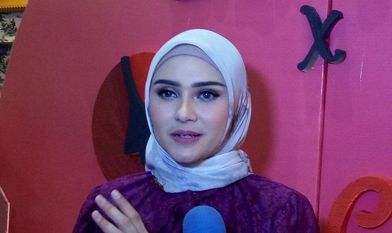 https: img-z.okeinfo.net content 2019 11 21 33 2132901 bisnis-fashion-zee-zee-shahab-tampilkan-sisi-feminin-JYuUH3xDXH.jpg