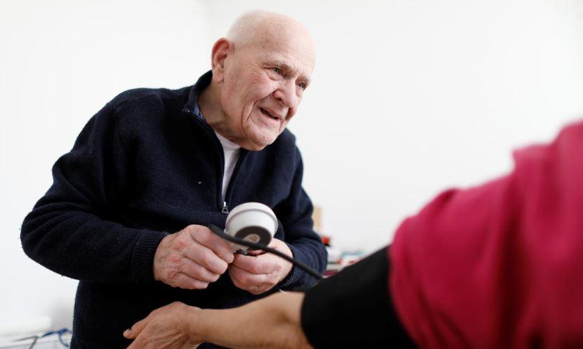 https: img-z.okeinfo.net content 2019 11 28 481 2135307 umur-98-tahun-dokter-ini-masih-bugar-dan-melayani-pasien-HrceFi6zHP.JPG