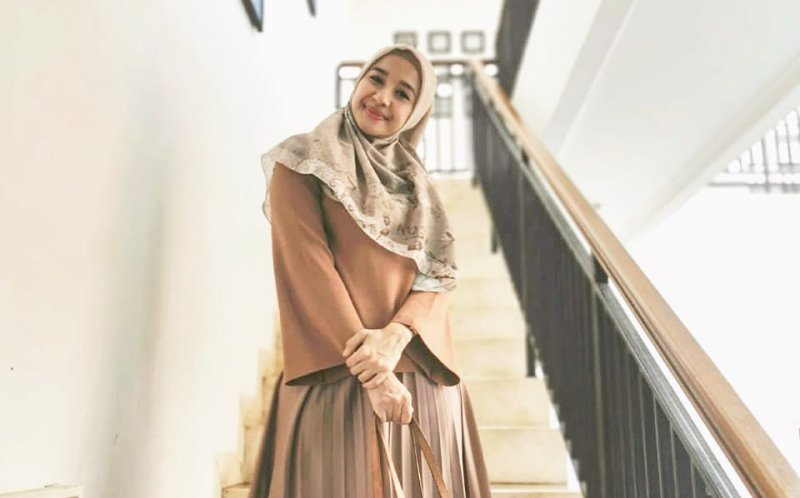 https: img-z.okeinfo.net content 2019 11 28 617 2135374 inspirasi-busana-hijabers-ala-laudya-cynthia-bella-nomor-1-kasual-CrxiqeuOzt.jpg