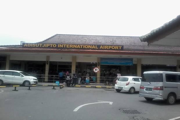 https: img-z.okeinfo.net content 2019 11 30 510 2136372 landasan-pacu-terkelupas-18-penerbangan-terganggu-di-bandara-adisutjipto-yogyakarta-rdMUmr7u6T.jpg