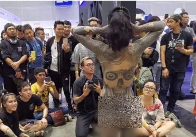 https: img-z.okeinfo.net content 2019 12 02 18 2137029 viral-wanita-telanjang-di-pameran-tato-malaysia-lakukan-penyelidikan-gaZq3IAoEm.jpg