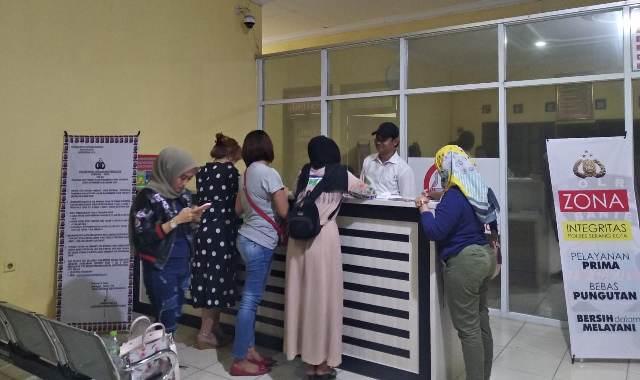 https: img-z.okeinfo.net content 2019 12 03 340 2137577 ditipu-arisan-online-sejumlah-mamah-muda-geruduk-polres-serang-kota-fAxK4xrbfz.jpg