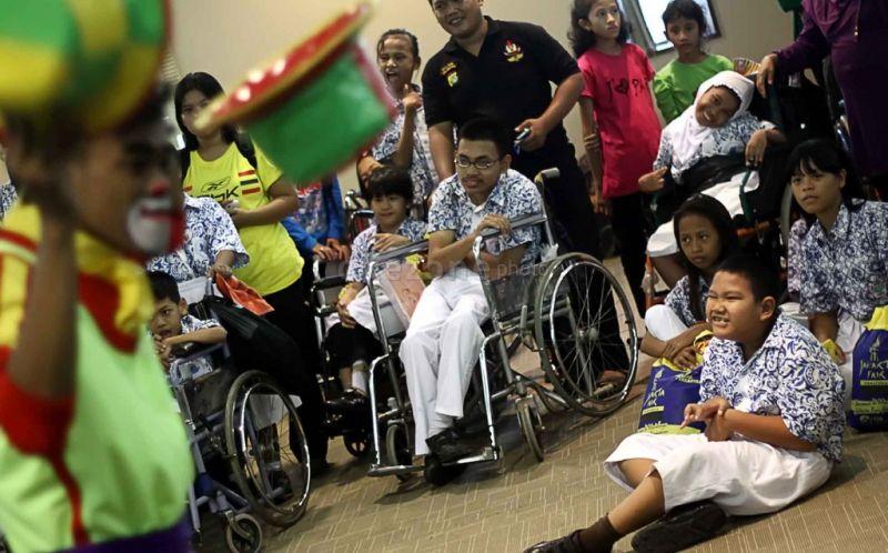 https: img-z.okeinfo.net content 2019 12 04 612 2137719 hari-disabilitas-sedunia-2019-ini-tantangan-bagi-penyandang-disabilitas-tanah-air-8X3XWlfOH8.jpg