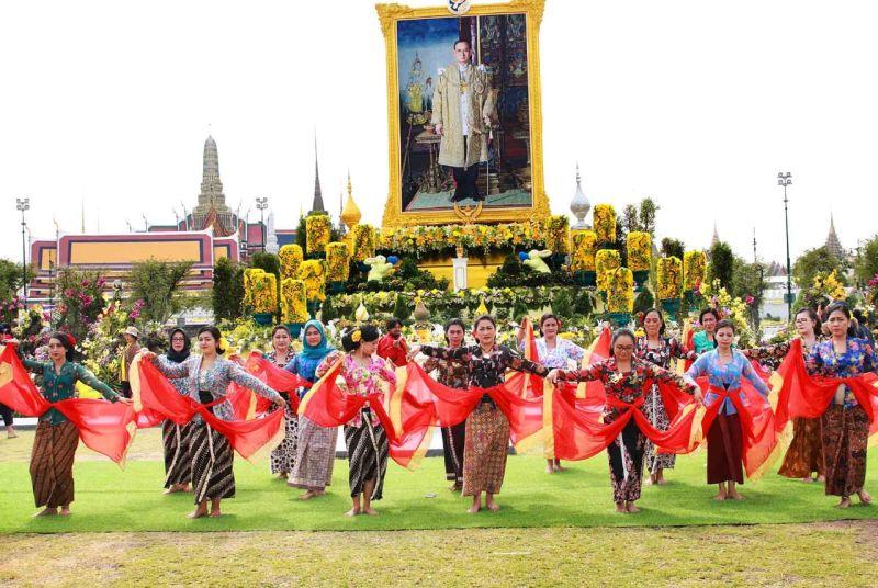 https: img-z.okeinfo.net content 2019 12 11 194 2140789 ketika-kebaya-indonesia-goes-to-bangkok-pamerkan-tari-geyol-dhenok-fjqapyVn4l.jpg