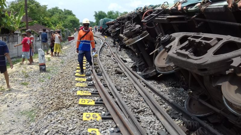 https: img-z.okeinfo.net content 2019 12 12 512 2141050 kereta-api-angkut-semen-terguling-di-stasiun-doplang-blora-6z2j3tSLpi.jpg