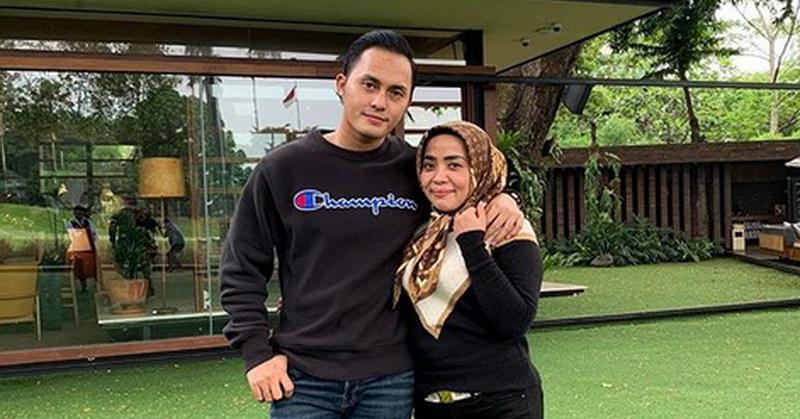 https: img-z.okeinfo.net content 2019 12 17 33 2142960 muzdalifah-dan-suami-foto-bareng-nia-ramadhani-netizen-gemas-ukRQwz6ZyF.jpg