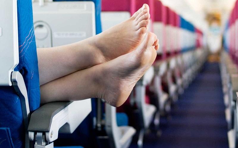 https: img-z.okeinfo.net content 2019 12 18 406 2143258 aksi-penumpang-pesawat-kupas-kulit-kaki-di-kabin-videonya-viral-8f13BxJdyI.jpg