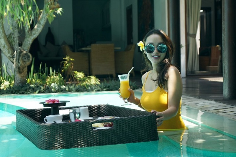 https: img-z.okeinfo.net content 2019 12 18 406 2143277 intip-liburan-zaskia-gotik-di-bali-seksi-pakai-baju-renang-kuning-zsvYKKc8RY.jpg