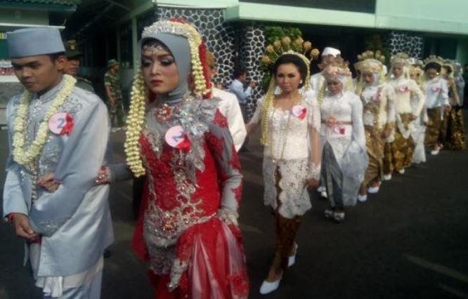 https: img-z.okeinfo.net content 2019 12 20 338 2144144 631-pasangan-nikah-massal-di-balai-kota-jakarta-saat-malam-tahun-baru-Du3SeyC4QU.JPG